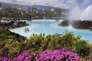 Puerto Cruz  Spanien  Badegaeste im Meerwasserfreibad Lago Martianez auf Teneriffa