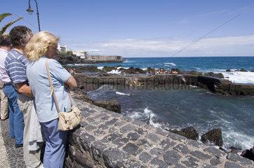 Puerto Cruz  Spanien  Besucher am Aussichtspunkt Punta del Viento