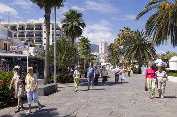 Puerto Cruz  Spanien  Besucher an der Strandpromenade