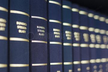 Buchruecken zum Thema Steuern