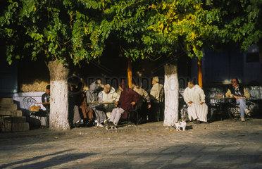 Chefchaouen  Marokko  Einheimische sitzen in einem Strassencafe