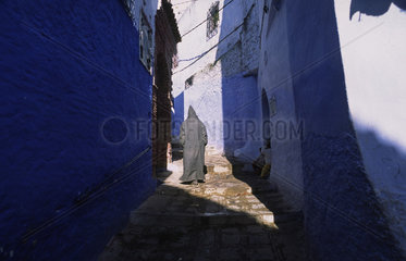 Chefchaouen  Marokko  ein Mann geht durch die Gassen der Altstadt