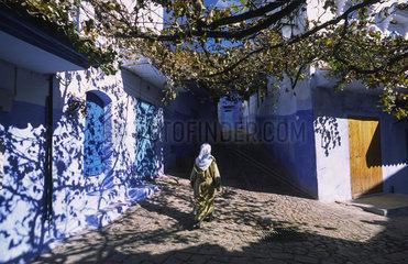 Chefchaouen  Marokko  eine Frau geht durch die Gassen der Altstadt