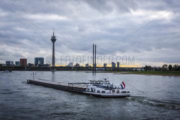 Blick ueber den Rhein auf die Rheinkniebruecke