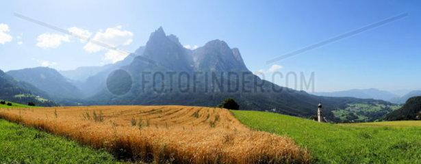 Santnerspitze und Schlern in den Dolomiten Panorama im Sommer