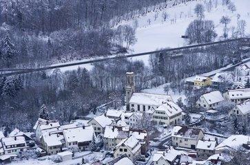 Luftbild eines verschneiten Dorfes mit Kirche  Ortschaft Honau bei Reutlingen.