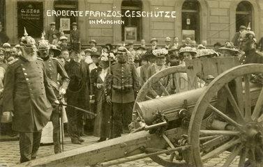 Koenig Ludwig III. von Bayern besichtigt erbeutete franzoesische Geschuetze  1914