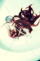 Haare im Waschbecken