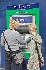 deutsche Touristen heben Geld ab am Bankautomaten in London