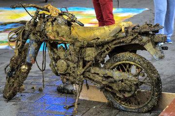 Aus dem Hafenbecken gefischtes Motorrad