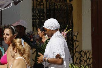 Frau in Weiss in Havanna Centro