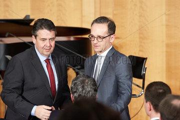Berlin  Deutschland - Der scheidende Aussenminister Sigmar Gabriel und der neue Aussenminister Heiko Maas beim Ministerwechsel im Weltsaal des Aussenministeriums.