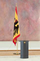 Berlin  Deutschland - Bundesfahne und Rednerpult Im Grossen Saal von Schloss Bellevue mit dem Kunstwerk Farbraumkoerper von Gotthard Graubner.