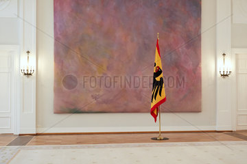 Berlin  Deutschland - Im Grossen Saal von Schloss Bellevue mit dem Kunstwerk Farbraumkoerper von Gotthard Graubner.