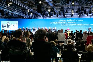 Berlin  Deutschland - Delegierte applaudieren waehrend einer Rede der Parteivorsitzenden Angela Merkel beim Bundesparteitag der CDU.