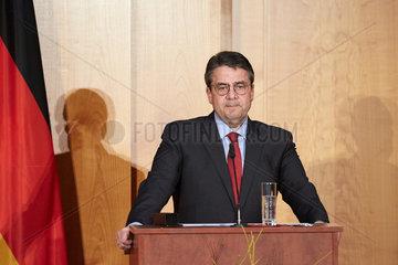 Berlin  Deutschland - Der scheidende Aussenminister Sigmar Gabriel haelt seine Abschiedsrede beim Ministerwechsel im Weltsaal des Aussenministeriums.