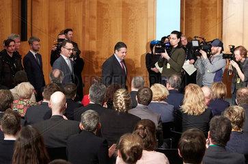 Berlin  Deutschland - Sigmar Gabriel und Heiko Maas bei der Amtsuebergabe im Weltsaal des Aussenministeriums.