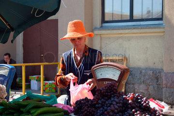 Marktfrau am Gemuesestand