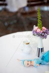Puppe auf Tisch