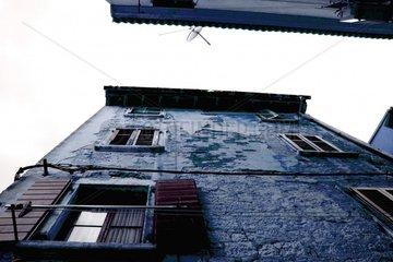 Haus Haus von unten Hauswand nach oben altes Haus mit Fensterbalken