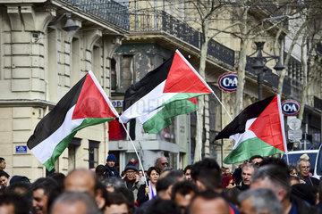 palaestinensiche Flaggen bei einer Demo zum internationalen Frauentag