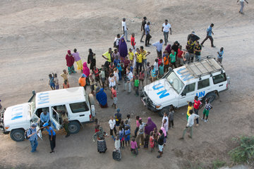 Kakuma  Kenia - Ansammlung von Fluechtlingen um zwei UN Landrover im Fluechtlingslager Kakuma.