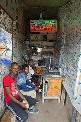 Kakuma  Kenia - Kunden warten in einem kleinen Photocopy und Internetshop in Kakuma.
