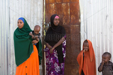 Kakuma  Kenia - Fluechtlingsfamilie im Fluechtlingslager Kakuma.