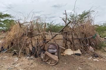 Kakuma  Kenia - Am Rande des Fluechtlingslagers Kakuma steht ein verschlissener Koffer symbolisch an einem verlassenem Kraal.