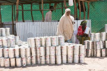 Kakuma  Kenia - Nahrungsmittelausgabe der humanitaeren Hilfsorganisation World Food Programm in einer Verteilungsstelle im Fluechtlingslager Kakuma.