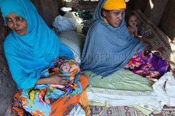 Kakuma  Kenia - Junge Fluechtlingsfamilie im Fluechtlingslager Kakuma.