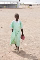 Kakuma  Kenia - Junge Schuelerin auf einem Schulhof im Fluechtlingslager Kakuma.