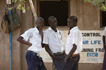 Kakuma  Kenia - Schueler stehen vor einem Schulgebaeude im Fluechtlingslager Kakuma.