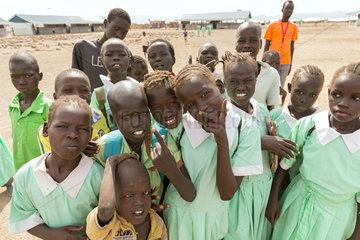 Kakuma  Kenia - Junge Schuelerinnen und Schueler auf einem Schulhof im Fluechtlingslager Kakuma.