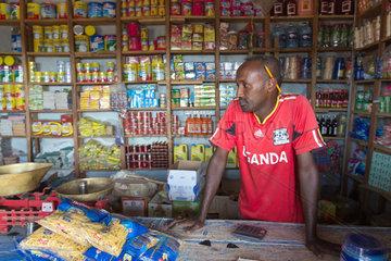 Kakuma  Kenia - Ein Verkaeufer steht in einem kleinen Lebensmittelladen in Kakuma Stadt.