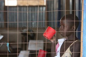 Kakuma  Kenia - Junge Schuelerin trinkt in einem Klassenzimmer aus einem Becher. Schule im Fluechtingslager Kakuma.