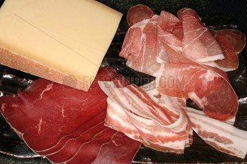 Schinken  Kaese Bacon und Bresaola auf eine Servierteller
