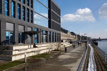 Berlin  Deutschland - Das Verwaltungsgebaeude von VIMN Germany GmbH und weitere Gewerbegebaeude am Spreeufer in Berlin-Friedrichshain.