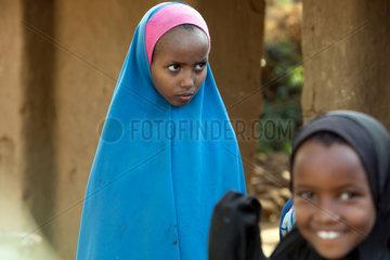 Kakuma  Kenia - Fluechtlingslager Kakuma. Portraet eines jungen Maedchen verhuellt in einem Chimar.