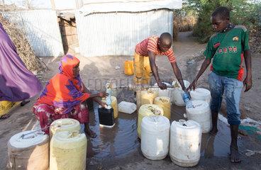 Kakuma  Kenia - Im Fluechtlingslager Kakuma fuellen Fluechtlinge Wasser an einer Abfuellstelle in Kanister ab.