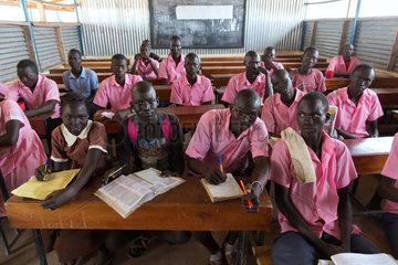 Kakuma  Kenia - Schueler und Schuelerin in einem Klassenraum eines Schulgebaeudes im Fluechtlingslager Kakuma.