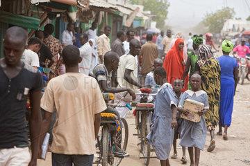Kakuma  Kenia - Belebte Strassenszene.