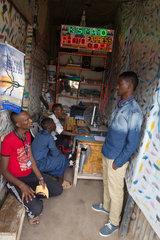 Kakuma  Kenia - Kundern warten in einem kleinen Photocopy und Internetshop in Kakuma.