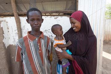 Kakuma  Kenia - Junge Fluechtlingsfamilie mit Kleinkind im Fluechtlingslager Kakuma.