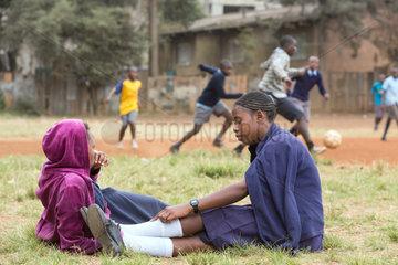 Nairobi  Kenia - Schuelerinnen in Schuluniformen auf dem Schulhof des St. John's Community Centers Pumwani.