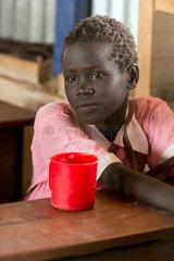 Kakuma  Kenia - Portraet einer jungen Schuelerin im Fluechtlingslager Kakuma.