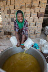 Kakuma  Kenia - Nahrungsmittelausgabe der humanitaeren Hilfsorganisation World Food Programm in einer gesicherten Lagerhalle im Fluechtlingslager Kakuma.