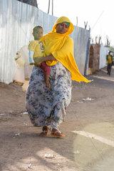 Kakuma  Kenia - Mutter mit Kind auf dem Arm im Fluechtlingslager Kakuma.