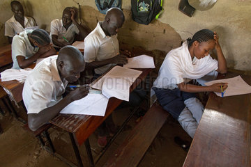 Kakuma  Kenia - Schueler schreiben Examen in einem Klassenraum eines Schulgebaeudes im Fluechtlingslager Kakuma.