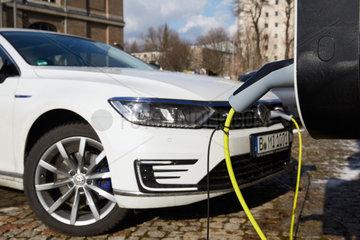 Berlin  Deutschland - Aufladen eines VW Passat Kombi an einer Wandladestation.